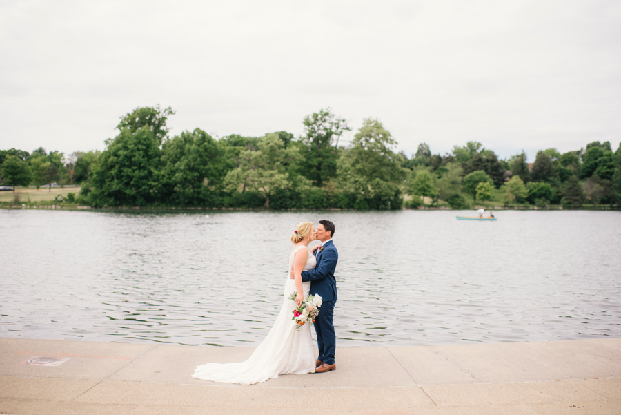 bride and groom kissing on the edge of hoyt lake
