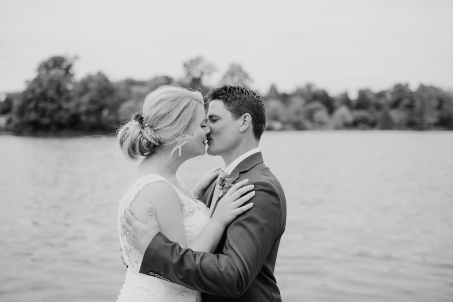 black and white of bride and groom kissing at hoyt lake